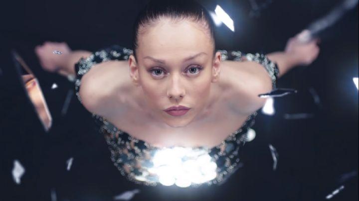 Frágil y vulnerable, así protagoniza Ester Expósito el video musical 'Muñequita Linda'