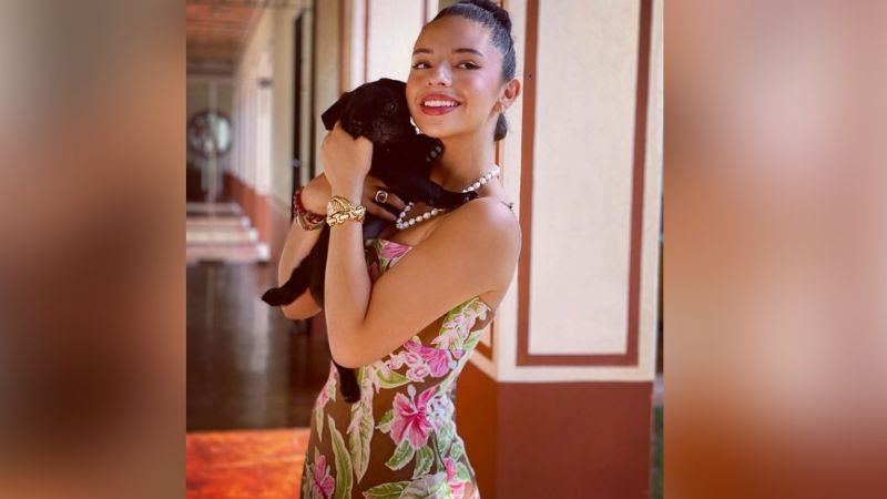 Ángela Aguilar se roba todas las miradas en Instagram con divino vestido dorado