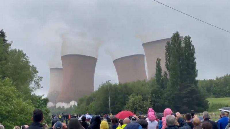 (VIDEO) ¡Impresionante! Así fue el derrumbe de gigantescas torres en Inglaterra