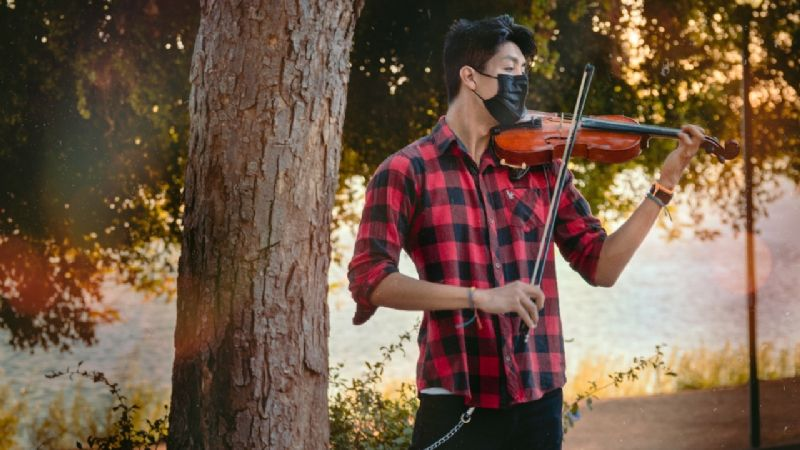 Ramiro Grajeda es violinista y estudiante de ingeniería; se vuelve viral en redes