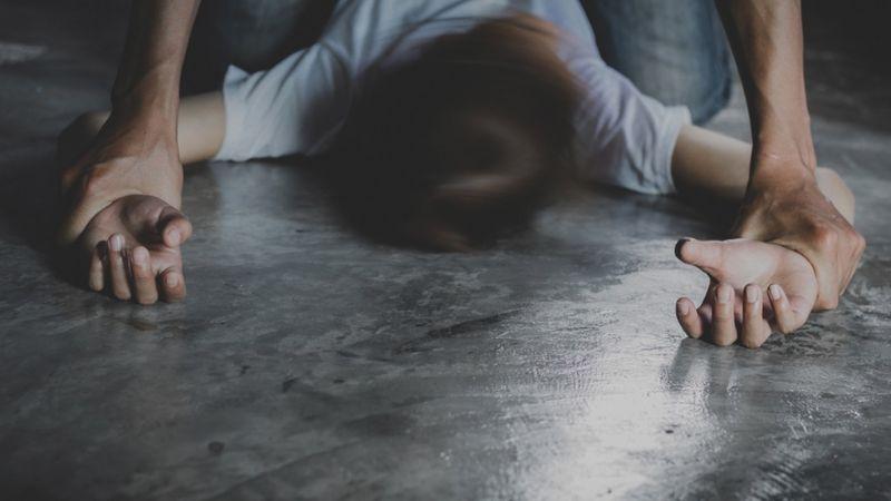 Ezequiel se aprovecha de la hija de un amigo y la viola en su casa; él tiene 48 años