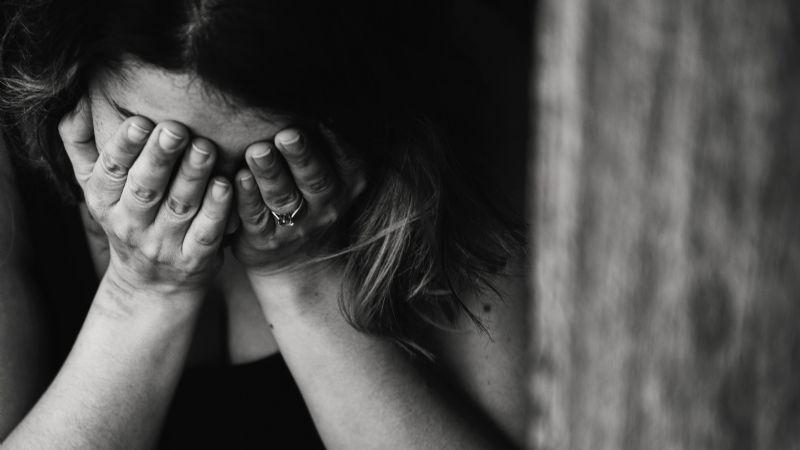 Sadismo total: 6 hombres violan a una mujer; golpean brutalmente a su amigo por defenderla