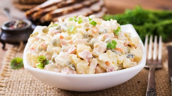 ¿No sabes que comer hoy? Esta ensalada rusa con atún te sacará del apuro