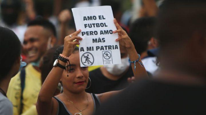 """""""Sin paz no hay futbol"""": Manifestantes se hacen presentes previo al duelo de Colombia y Argentina"""