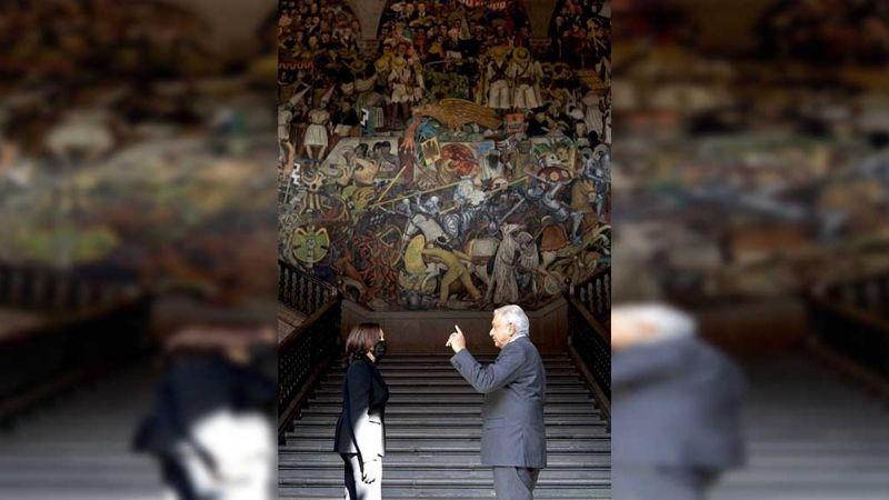 """(VIDEO) """"Kabala, mucho gusto"""": AMLO le cambia el nombre a la vicepresidenta de EU"""