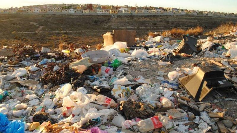 VIDEO: ¡Macabro hallazgo! Tiran una maleta a un basurero; tenía restos humanos