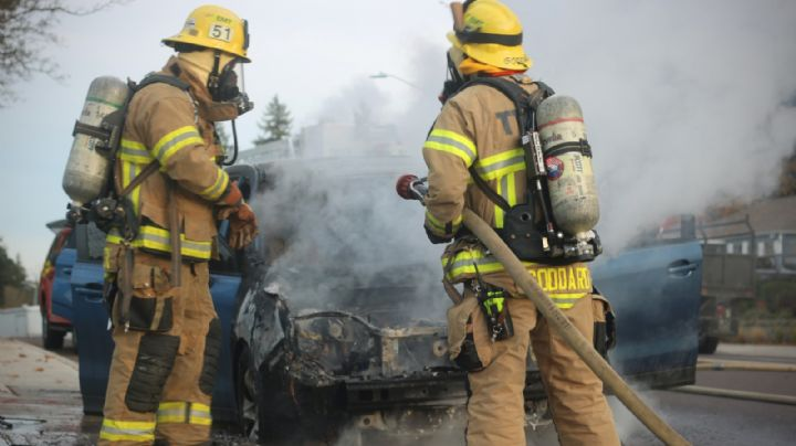 ¡De no creerse! Automóvil arde en llamas en Ciudad Obregón; el conductor estaba dentro