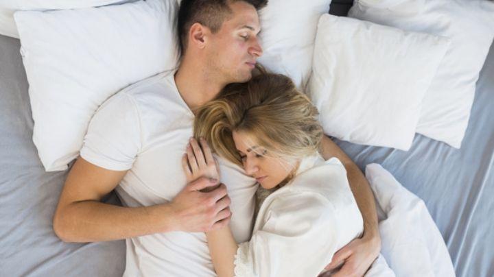 Es tiempo de acurrucarse: Dormir en pareja mejoraría la salud cerebral