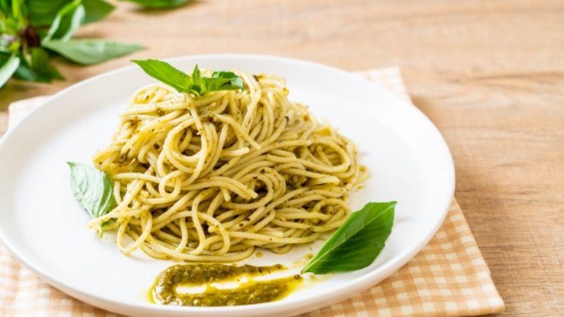 Prepara este espagueti al pesto y sorprende a tu paladar con su increíble sabor