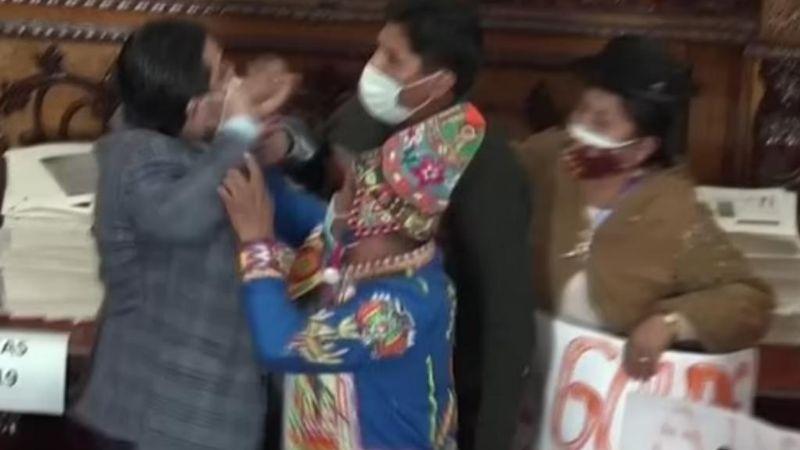 VIDEO: Legisladores recurren a los golpes en el hemiciclo del Congreso de Bolivia
