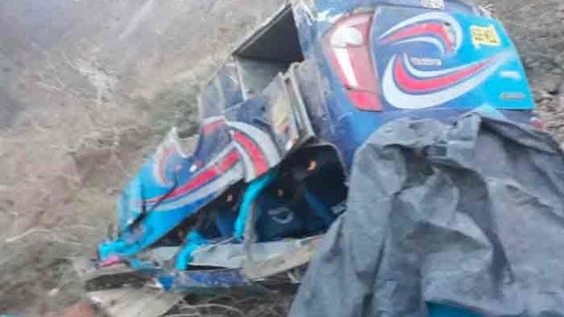 17 muertos y alrededor de 7 heridos fue el saldo del accidente de un autobús en Perú