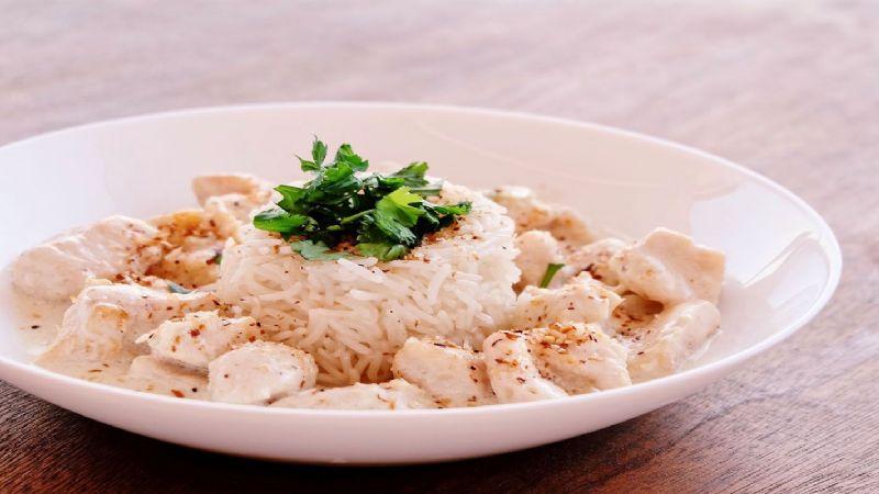Dale un sabor tropical a tu pollo con esta salsa de coco y pimiento morrón; te fascinará