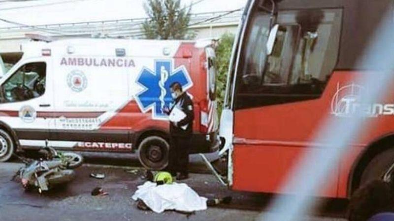 Motociclista invade el carril del Mexibús y termina muerto tras chocar con el camión