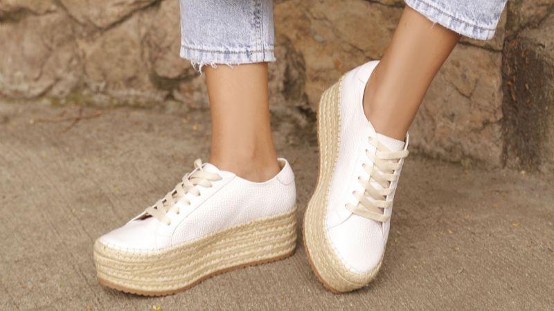 'Outfit': Estos son los zapatos que debes combinar con tus 'jeans' de color claro