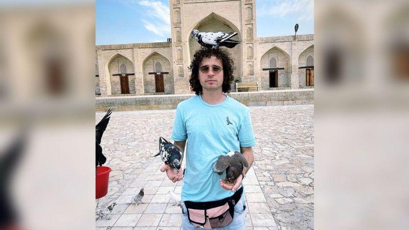 Luisito Comunica le hace honor a su sobrenombre 'Rey Palomo' en su viaje a Uzbekistán