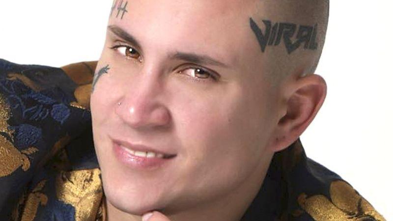 ¡Armado y ahogado en llanto! Famoso cantante envía amenazante mensaje al gobierno de Cuba