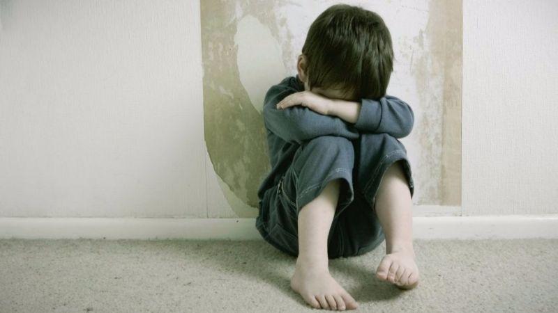 """""""Me pegan cuando no quiero"""": Una mujer vende a su hijo de 3 años para que abusen de él"""