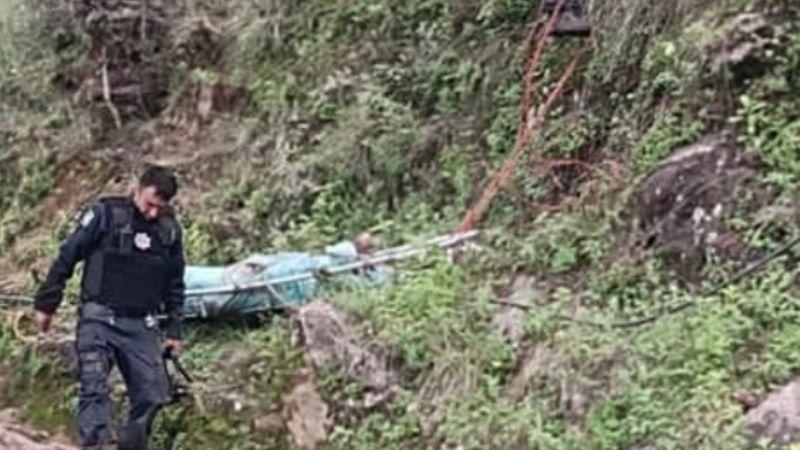 Dos turistas fallecen tras caer su camioneta en un barranco; uno salió disparado 400 metros