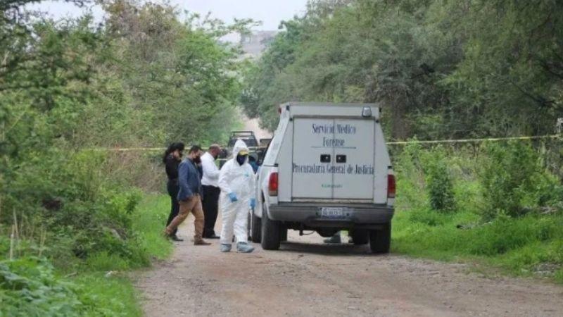 Entre la maleza, descubren a hombre degollado y con impactos de bala en Acapulco