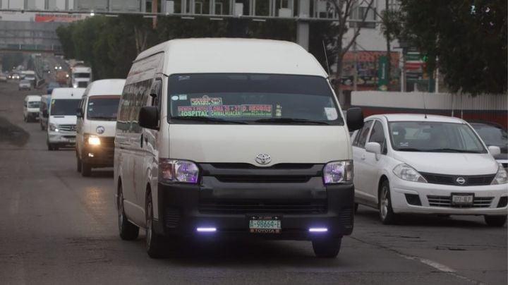 (VIDEO) Asaltante baja de combi con las manos vacías; los pasajeros lo ignoraron