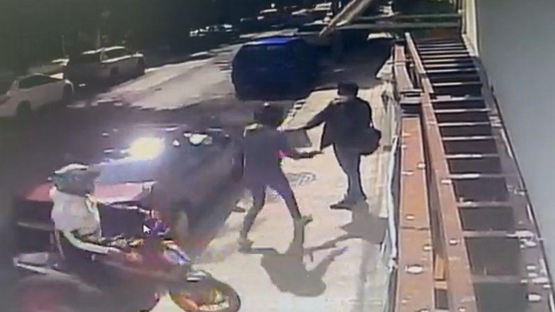 A punta de pistola: Motociclistas atracan a joven; un VIDEO muestra cómo le quitaron todo