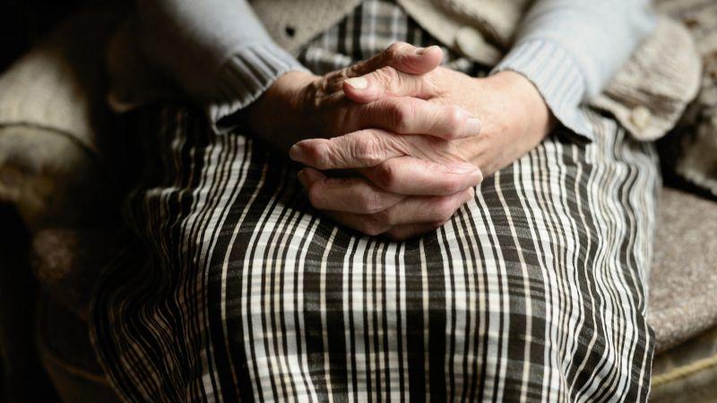 'Abuelita' vive con el cuerpo de su exmarido durante varios meses; no tenía dinero para el funeral