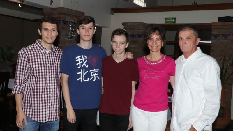 La Familia Barceló Basáñez celebró gustosa los logros académicos de sus hijos