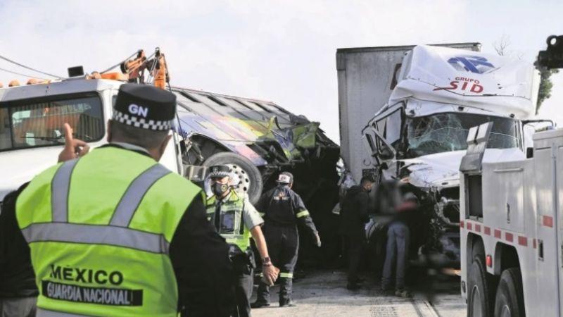 Dos hombres mueren cercenados; los atropelló un camión en la México-Querétaro