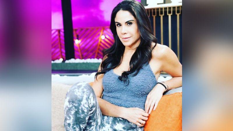 """Paola Rojas se luce en Televisa con su vestido rojo más coqueto y paraliza Instagram: """"Señorona"""""""