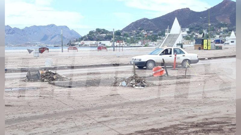 Malecón de Guaymas sufre estragos de las recientes lluvias con basura y tierra