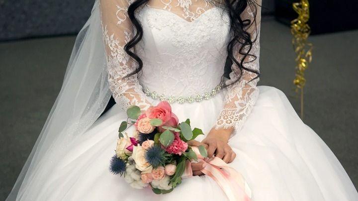 Diseñador inglés recicla mil 500 cubrebocas para crear un vestido de novia