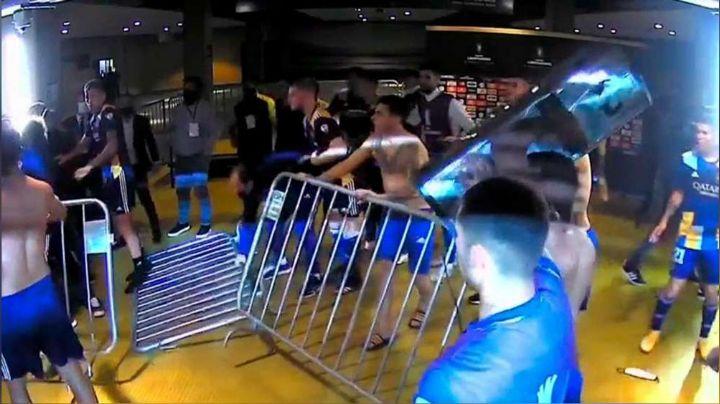 VIDEO: Tras ser eliminados de la Libertadores, jugadores de Boca Juniors protagoniza pelea con policías