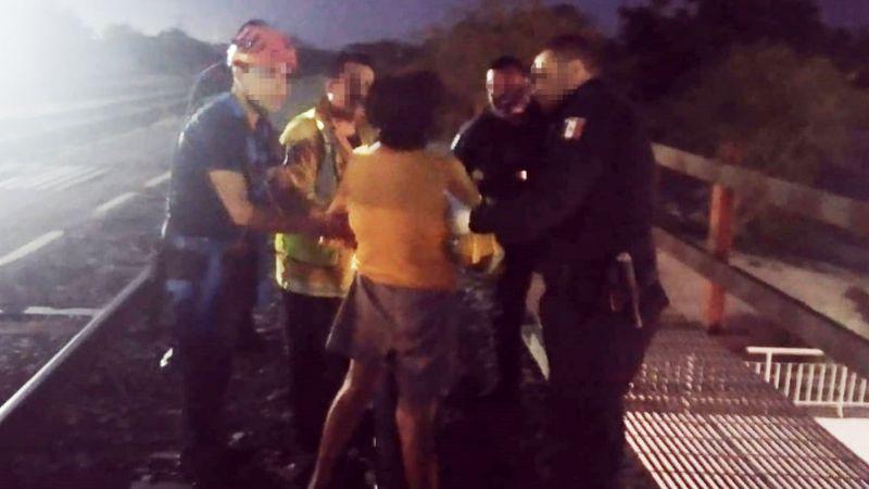 Evitan tragedia en Navojoa: Policías impiden que atormentada mujer se arroje de puente