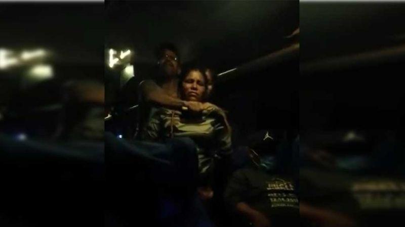 """(VIDEO) """"Prendan el aire"""": Hombre toma de rehenes a pasajeros de un autobús en Cajeme"""