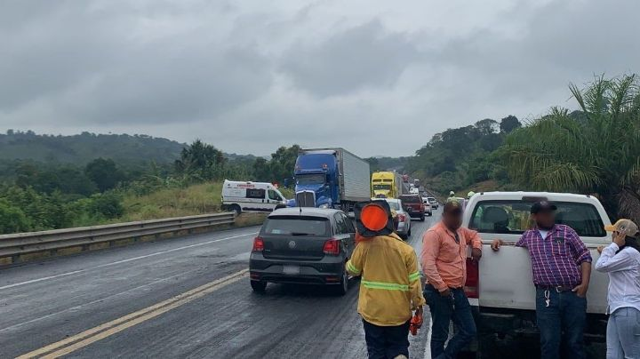 Fuerte choque en autopistaCardel-Veracruz deja 1 motociclista sin vida; se estrelló con tractocamión