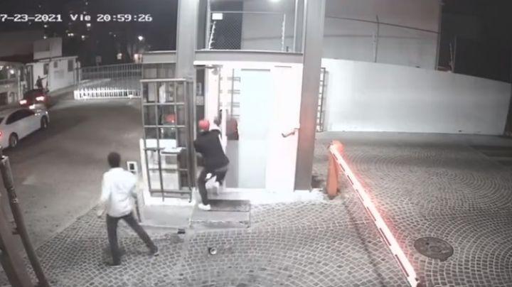 VIDEO: Jóvenes propinan golpiza a guardia de seguridad en un fraccionamiento de Querétaro