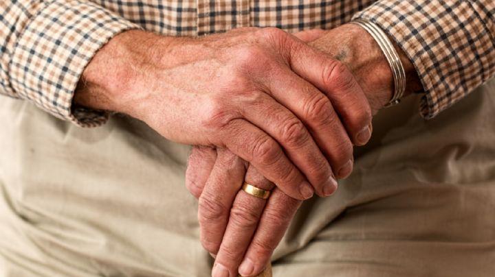 ¡Indignante! Abandonan a un 'abuelito' a fuera de un hospital; le dieron una brutal golpiza