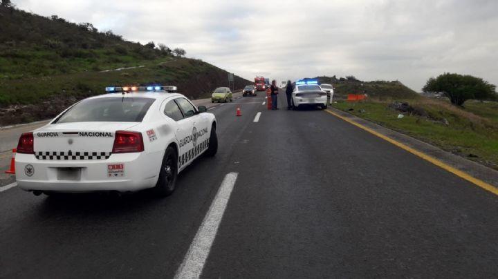 Sin piedad: Propinan brutal golpiza a ladrón en una combi; lo dejaron sin ropa en la autopista
