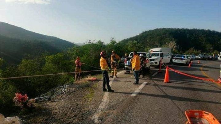 Brutal accidente: Coche se vuelca en carretera y cae por un barranco; hay víctimas mortales