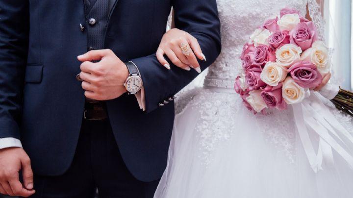 Captan en VIDEO a un hombre mientras trabajaba con su laptop... ¿Durante su propia boda?