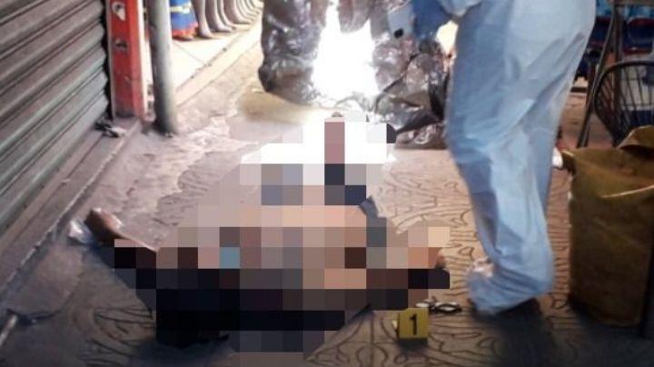 Entre puestos ambulantes, comerciantes hallan el cuerpo de un hombre sin vida