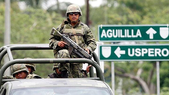 """VIDEOS: Civiles atacan a personal del Ejército en Aguililla, Michoacán; están """"hartos"""" del CJNG"""