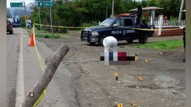 Sobre la carretera Acapulco-Zihuatanejo, localizan el cadáver de un hombre; tenía balazos