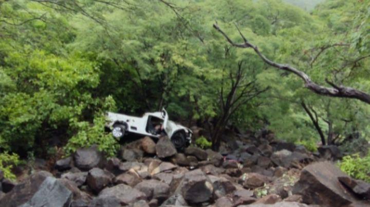 Fatídico accidente: Vuelcan unidades en curva pronunciada; muere un niño de 5 años