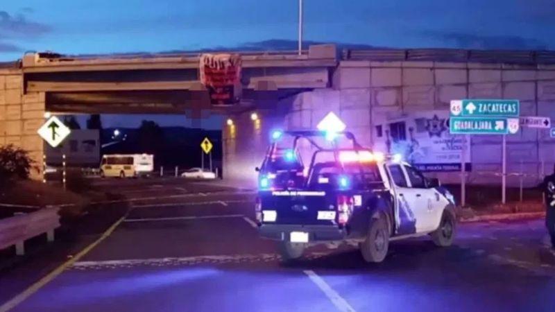 Terrible hallazgo: Encuentran dos cadáveres que colgaban de un puente; tenían narcomensaje