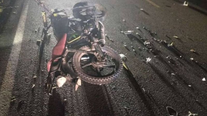 Trágico final: Dos jóvenes se accidentan en una moto tras chocar con una vaca en Sinaloa; uno murió