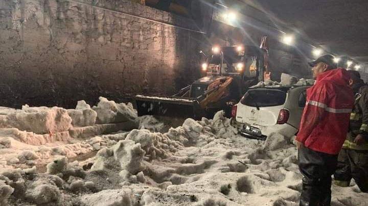 FOTOS: Tras brutal granizada, 4 civiles quedan atrapados en sus carros; uno murió congelado