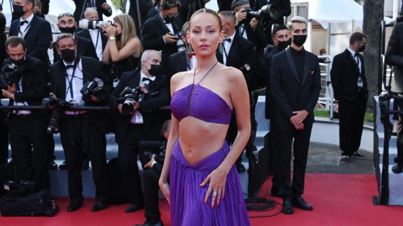 Ester Expósito triunfa en el Festival de Cannes con audaz vestido morado y lujosas joyas
