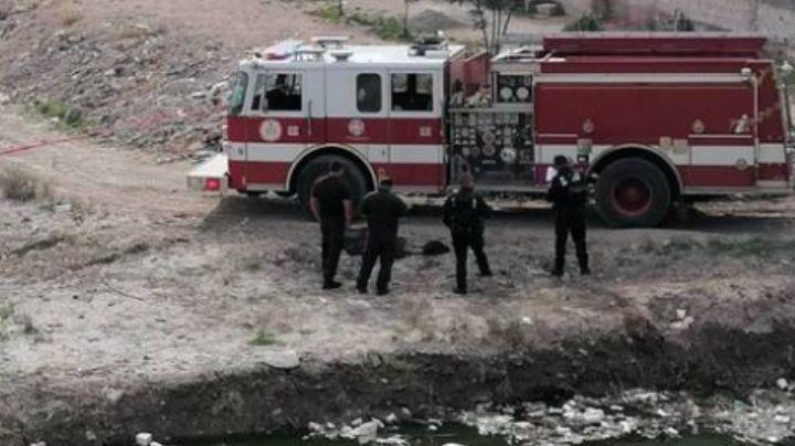 Cadáver que flotaba en aguas negras es hallado por una mujer; lo recuperaron los bomberos