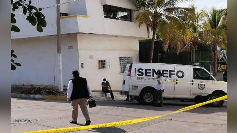 Gatilleros acribillan y matan a un hombre que conducía por calles de Culiacán; se impactó con otro auto